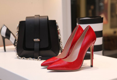 Can high heels, make-up and manicured nails be required at work?